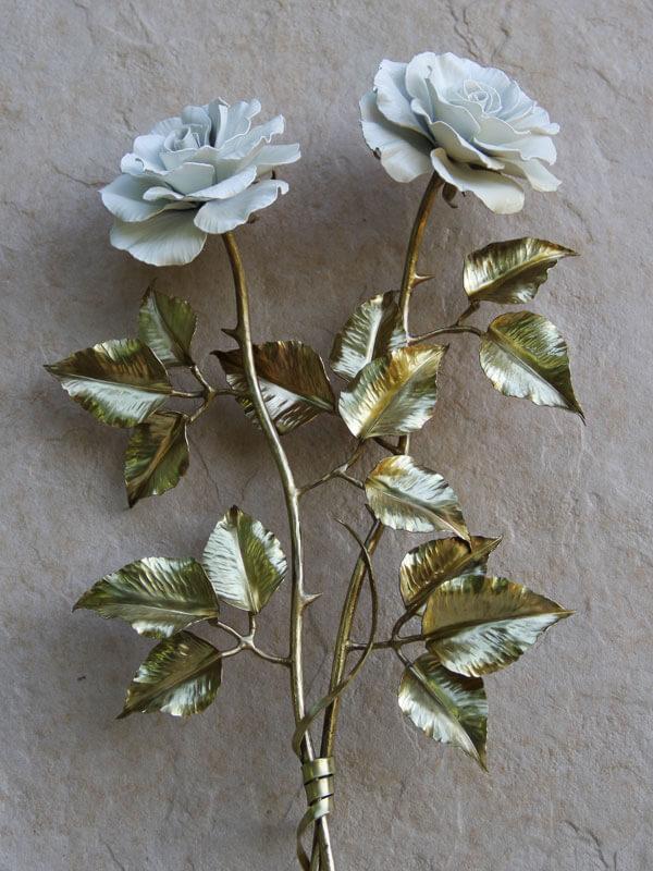 Композиция из двух белых латунных роз