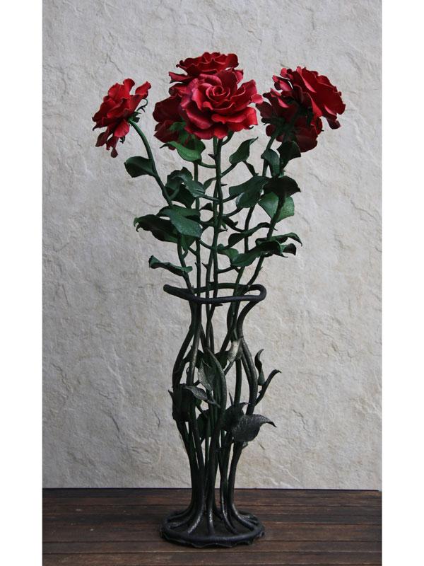 Букет из красных роз в кованой вазе