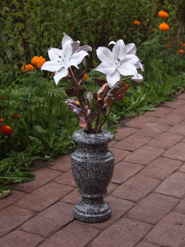 Букет из белых лилий в гранитной вазе
