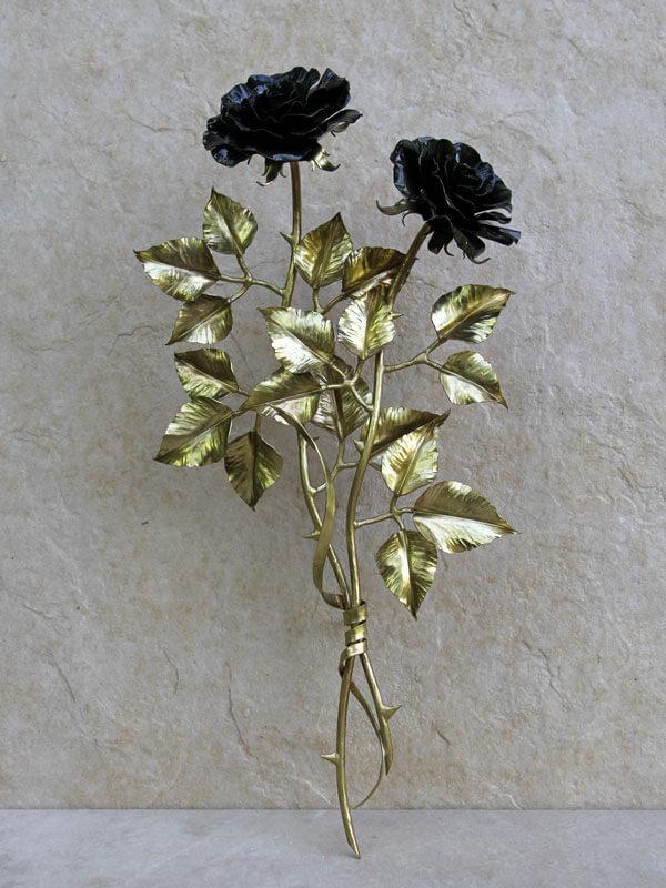 Композиция из двух чёрных латунных роз