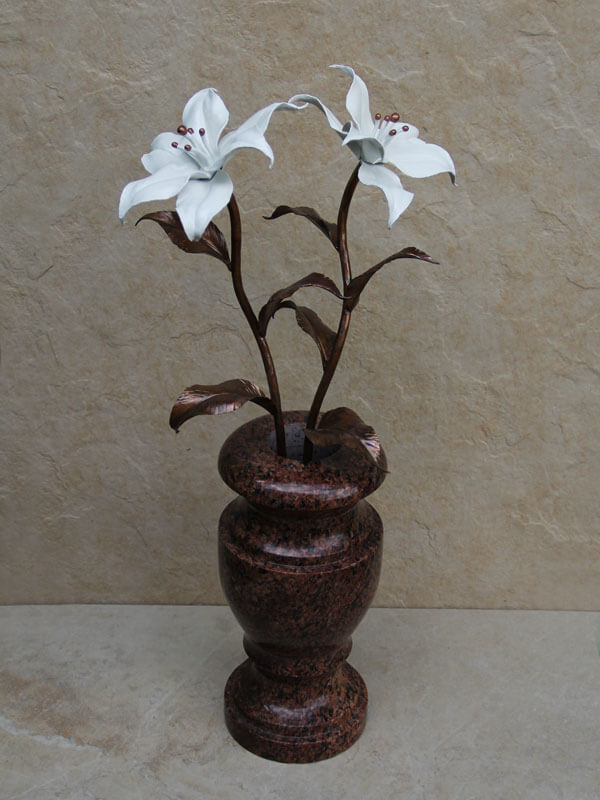Белые медные лилии в вазе