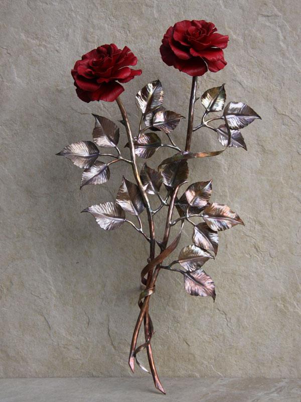 Композиция из двух красных медных роз