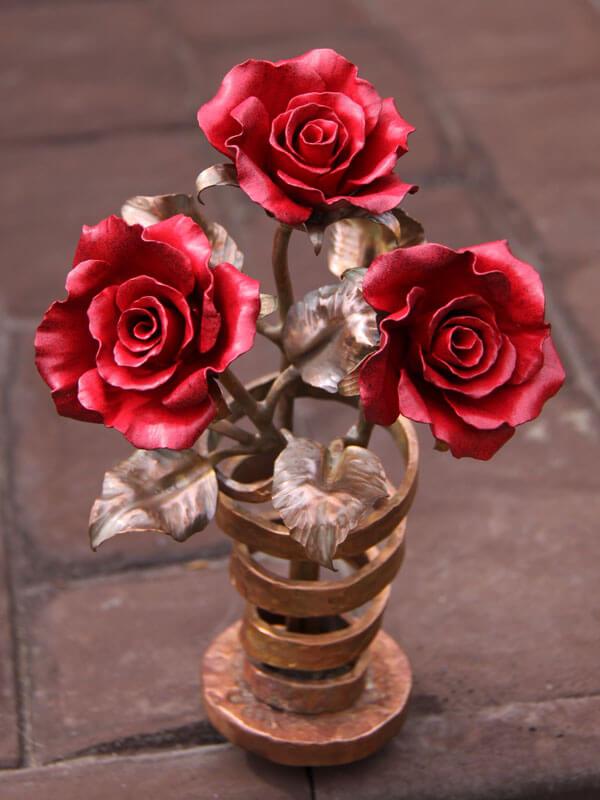Красные розы в вазе для колумбария