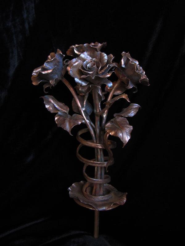 Медные розы в вазе для колумбария