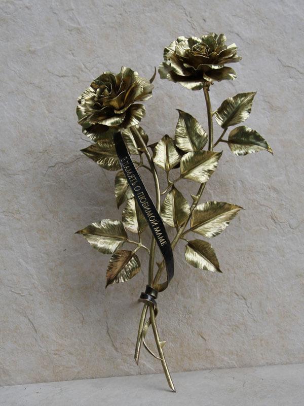 Композиция из двух латунных роз
